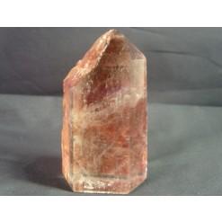 맑은 수정과 철 광물질로 형성된 원석